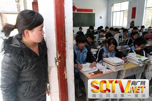 站在教室门外的董申华,眼神中充满了对学习的向往。 首席记者 魏文慧 摄