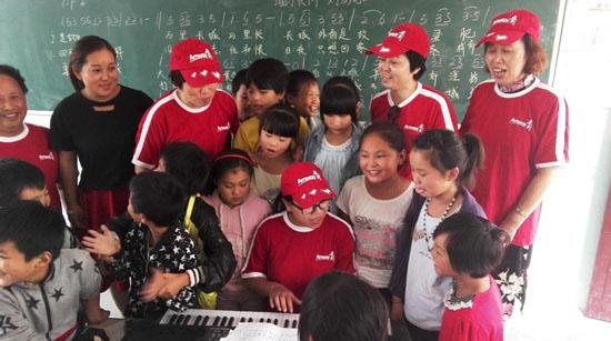 """商丘安利志愿者服务队开展""""暖心午餐""""关爱留守儿童活动"""