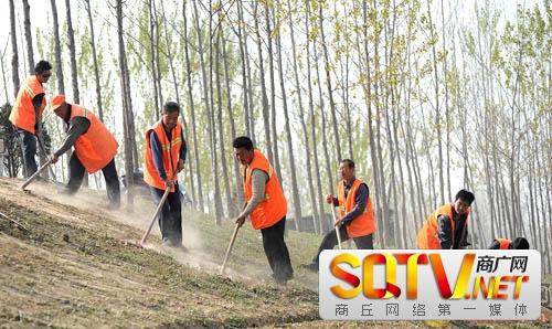 夏邑县公路局郭庄道班护路工人整修道路边坡
