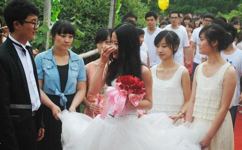商丘学院大四毕业生校园内举行婚礼!