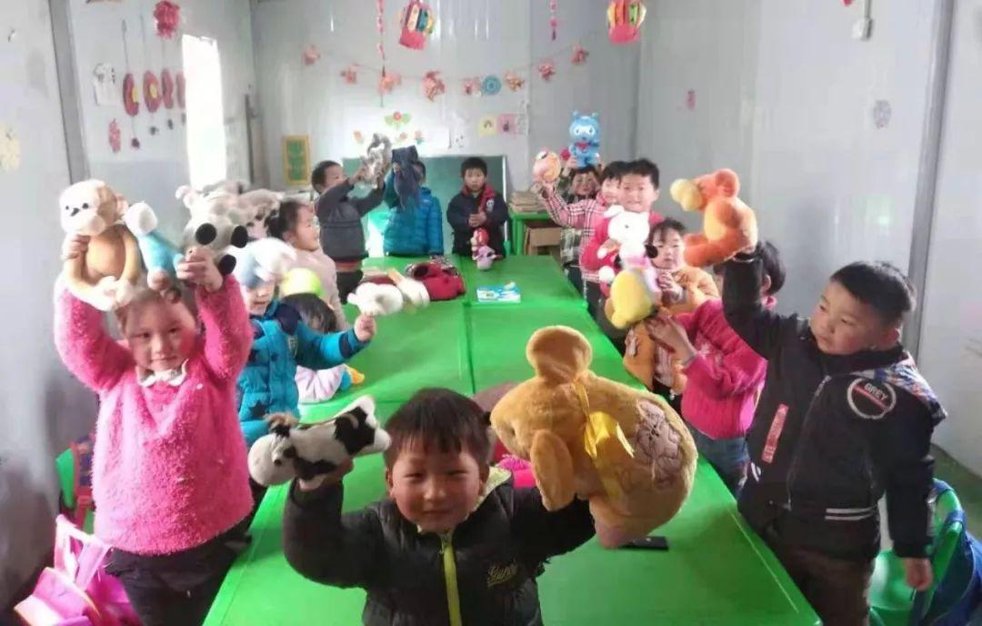 宜信普惠:暖冬行动用玩具温暖孩子的冬天